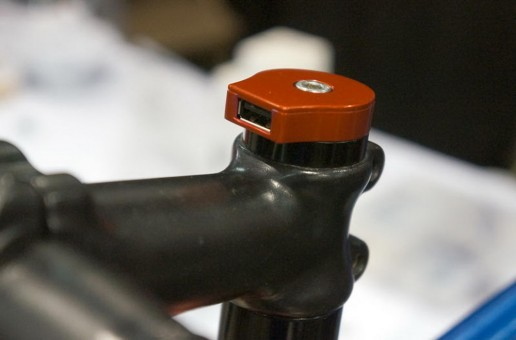 Capac pentru headset cu mufă USB de la Sinewave Cycles