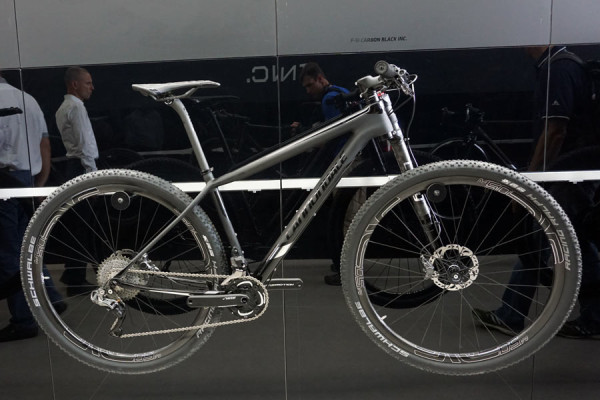 2016-CannondaleF-SI-Carbon-Black-Inc-race-hardtail-mountain-bike01-600x400
