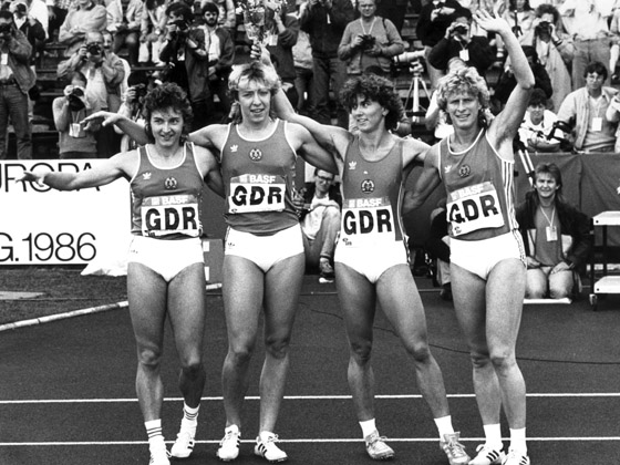 Die Sprinterinnen (l-r) Silke Gladisch, S. Günther-Rieger, Marlies Göhr und Ingrid Auerswald nach ihrem Sieg über 4 x 100 Meter am 31.08.1986 bei den 14. Leichtathletik-Europameisterschaften in Stuttgart. Das Team siegte in Jahresbestzeit von 41,84 Sekunden und verteidigte seinen Europameistertitel. Foto: Matthias Schrader +++(c) dpa - Report+++