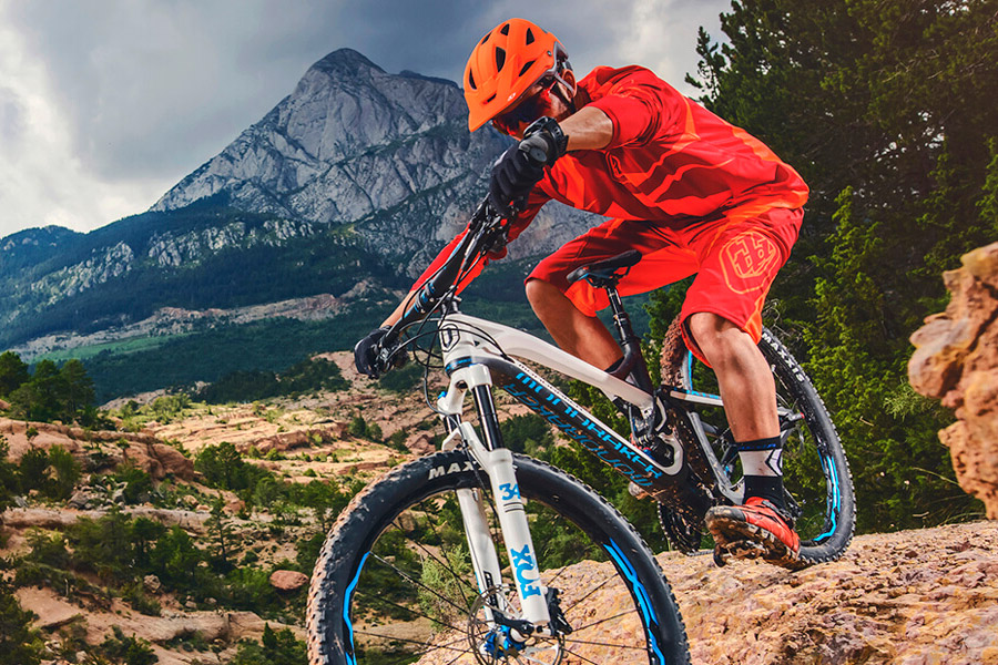 Mondraker_Dune-Alloy_aluminum-160mm-full-suspension-enduro-mountainbike_descending