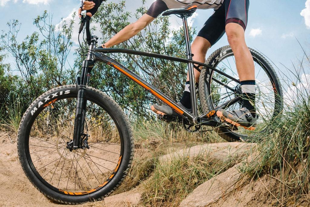 Mondraker_Prime_Plus-sized-aluminum-hardtail-trail-mountainbike_riding
