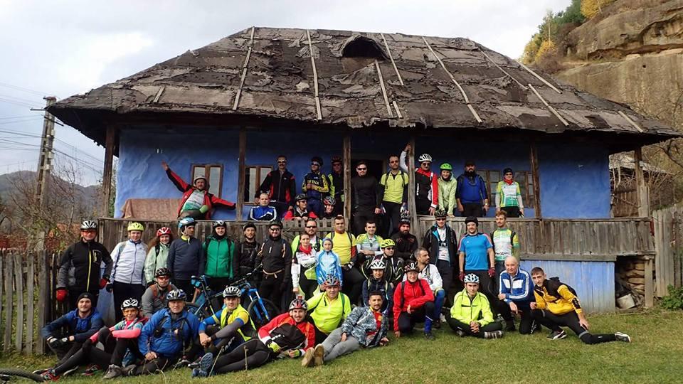 Prin sate de munte romanesti pe doua roti nucsoara adevaratii veloprieteni 01