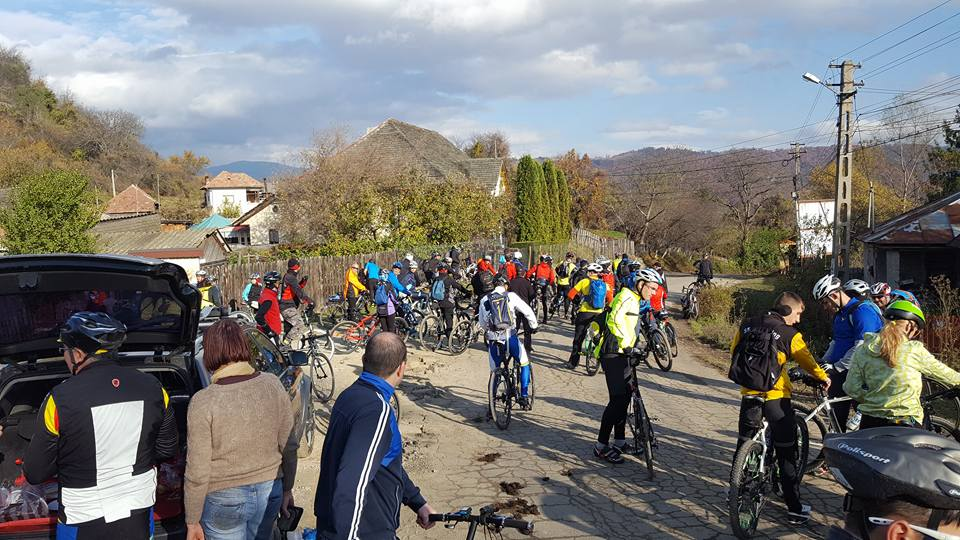 Prin sate de munte romanesti pe doua roti nucsoara adevaratii veloprieteni 02