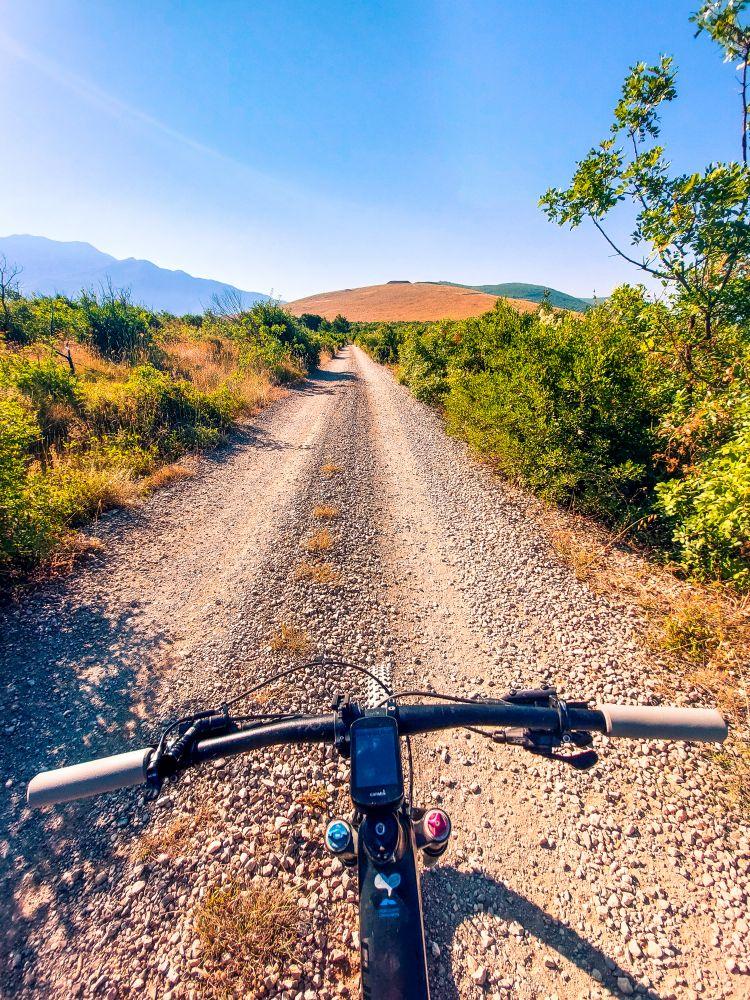 Unul dintre putinele drumuri neasfaltate din peninsula Lustica